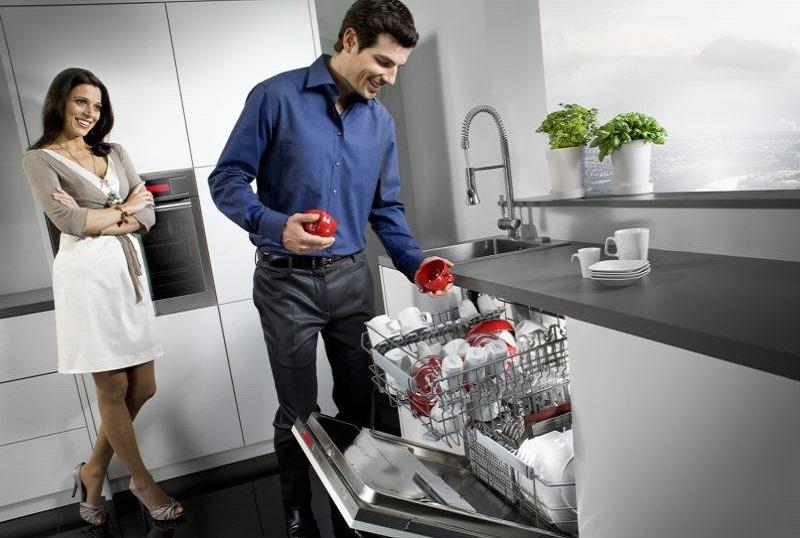 Мужчина с женщиной возле посудомойке