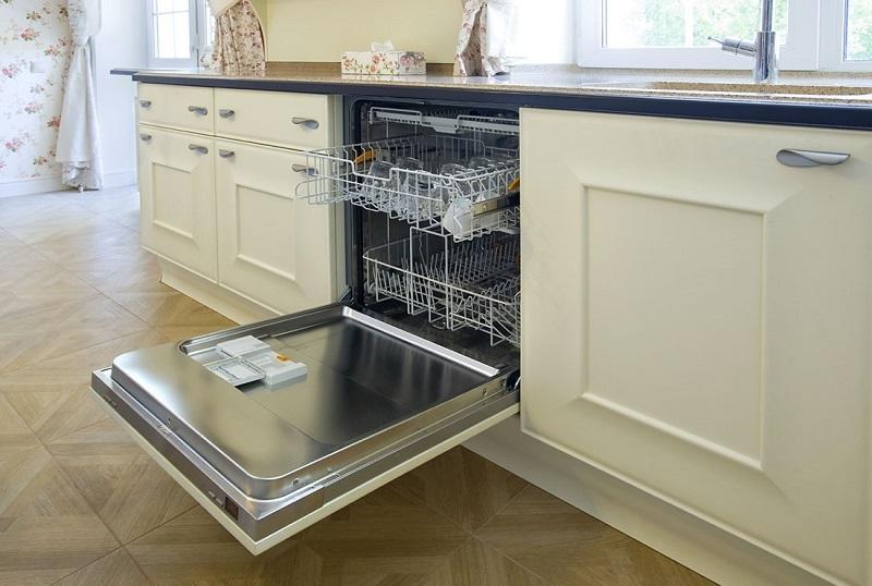 Открытая посудомойка на кухне